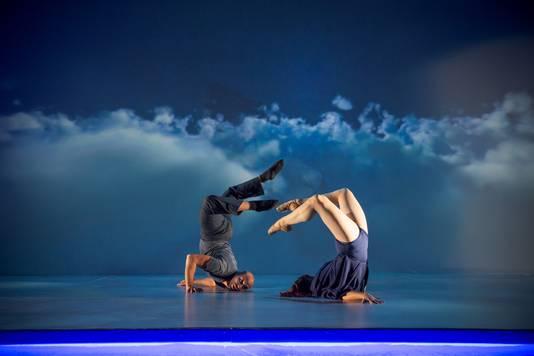 Een fragment uit het werk Blue Journey waarmee choreograaf en oud-danser David Middendorp (inzet links) de finale haalde van America's Got Talent.