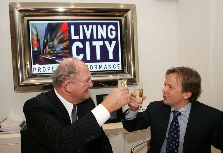 Joop van den Ende (links) hief in 2005 het glas met Hans van Tartwijk op hun gezamenlijke project Living City. Vier jaar later behoort Van Tartwijk tot de hoofdverdachten in een vastgoedschandaal rond de Zuidas. Foto ANP/Evert Elzinga Beeld