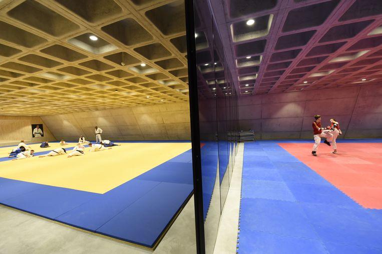 In het complex vind je ondere meer een enorme sporthal en een judo- en taekwondoruimte, die gescheiden worden door een dikke wand.