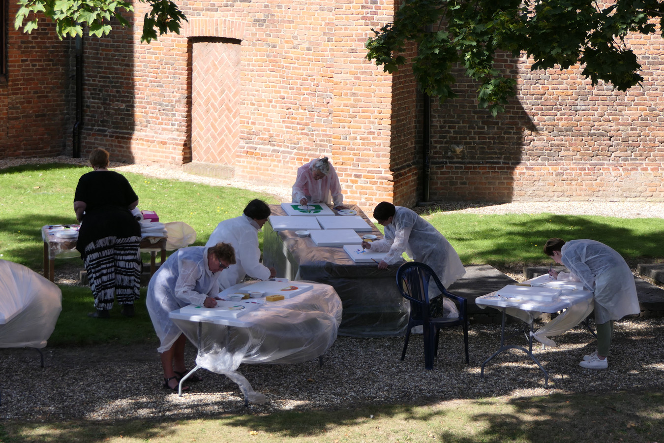 Eén van de activiteiten was schilderen in de kerktuin.