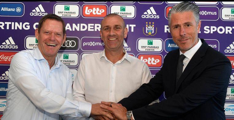 Simon Davies bij zijn aanstelling als T1, tussen technisch directeur Frank Arnesen en sportief directeur Michael Verschueren.