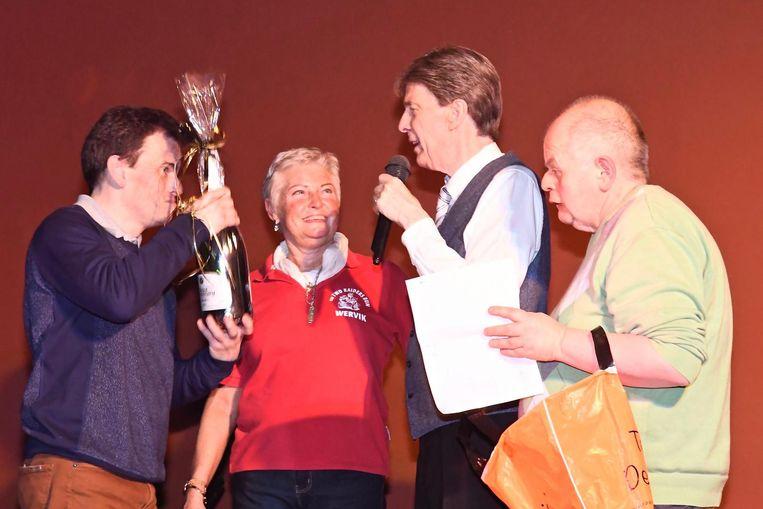 Paul Severs vierde afgelopen zaterdag samen met enkele aanwezigen het carnavalsfeest.