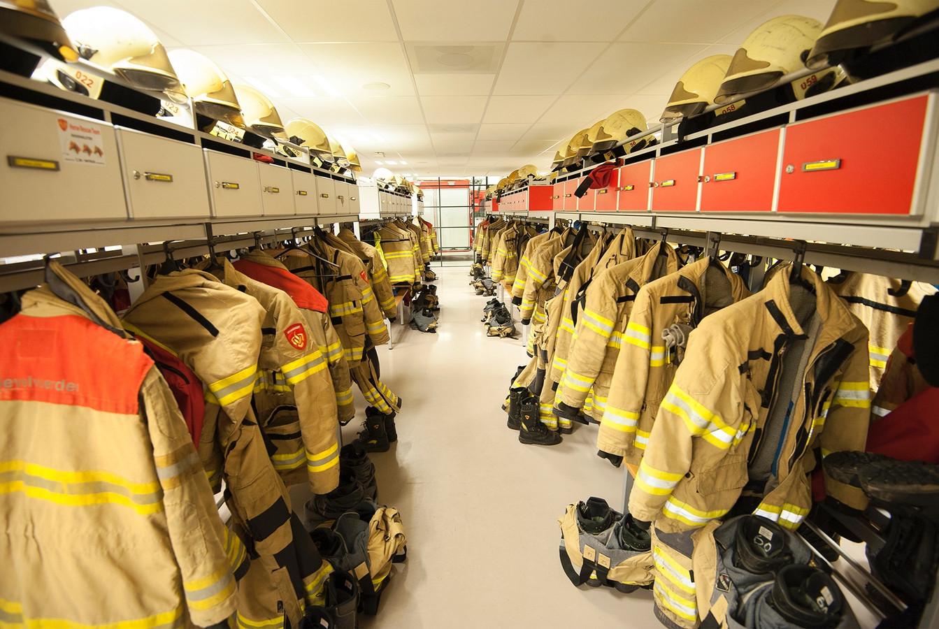 De brandweerpakken hangen klaar.