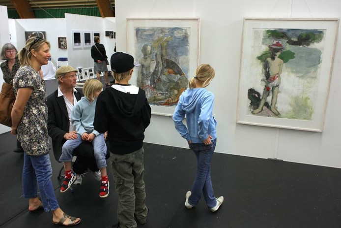Bezoekers van Huntenkunst bekijken werken van Stefan Berger uit Zweden. Foto Theo Kock
