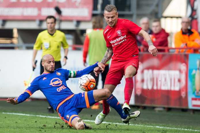 Hölscher in duel met Karim El Ahmadi.