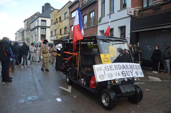 De gendarmerie và Guy, verwijzend naar Guy D'haeseleer van Forza Ninove.