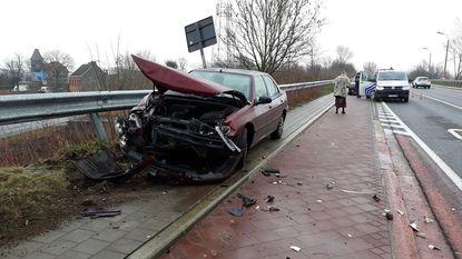 Vrouw (71) smakt met auto tegen vangrail