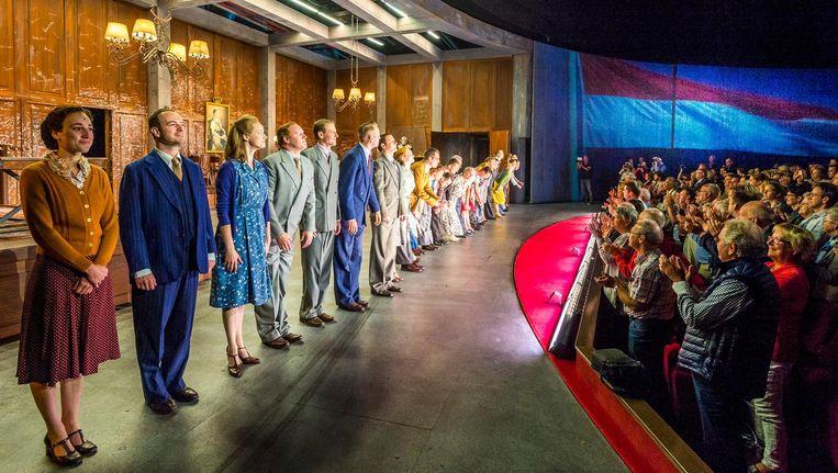 De cast van de Soldaat van Oranje tijdens het slotapplaus Beeld anp
