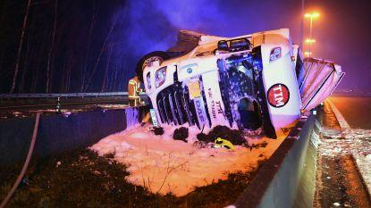 Vrachtwagen knalt door middenberm en vat vuur