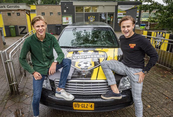 Middenvelder Daan Stormink (zwarte trui) en zijn jongere broertje Stijn (20) voor de nieuwe limousine van V.V. Gorssel.