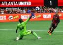 Atlanta United-spits Josef Martinez stift de bal over DC United-doelman Bill Hamid voor de 2-0.