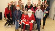 Kinderen knutselen samen met kerstman