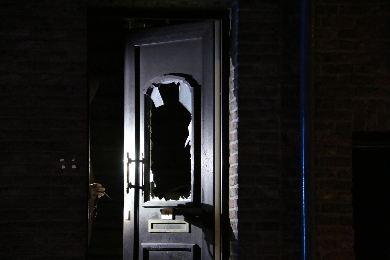 Het raam in de voordeur sneuvelde.