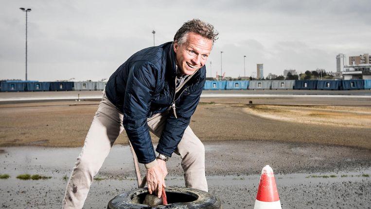 Jan Lammers bezig met slippen en de baan nat houden bij de BMW drivers Experience. Beeld Jiri Buller
