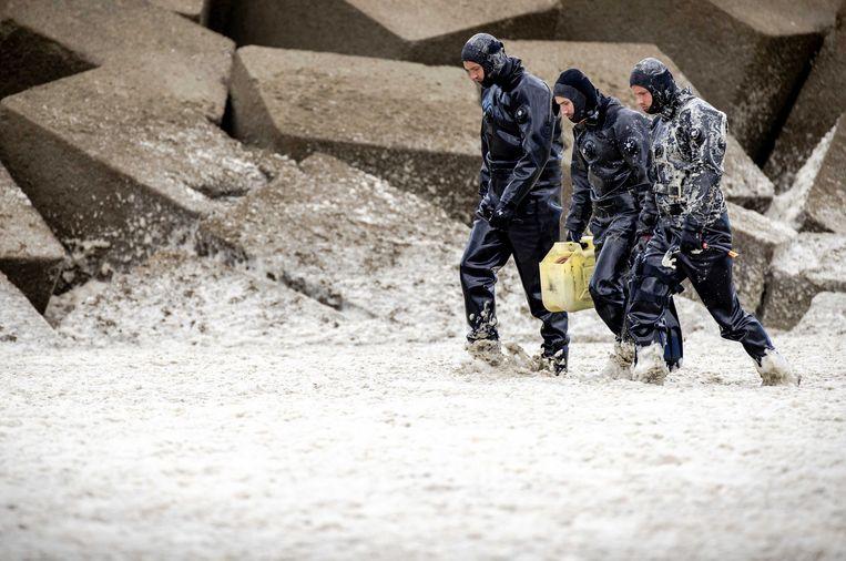 De duikers van Defensie zijn al dagen op zoek naar het lichaam van de overleden surfer. Beeld EPA
