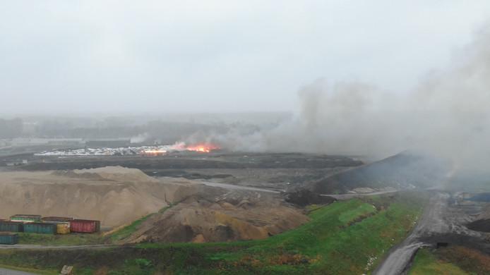 De brand bij afvalverwerker Attero in Wilp, gezien vanuit de lucht.
