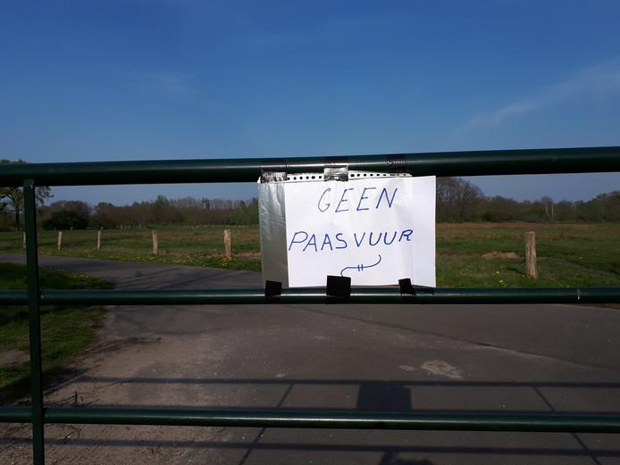 Het hek op de toegangsweg tot de vaste paasvuurlocatie in Hellendoorn is gesloten en de mededeling laat aan duidelijk niets te wensen over.