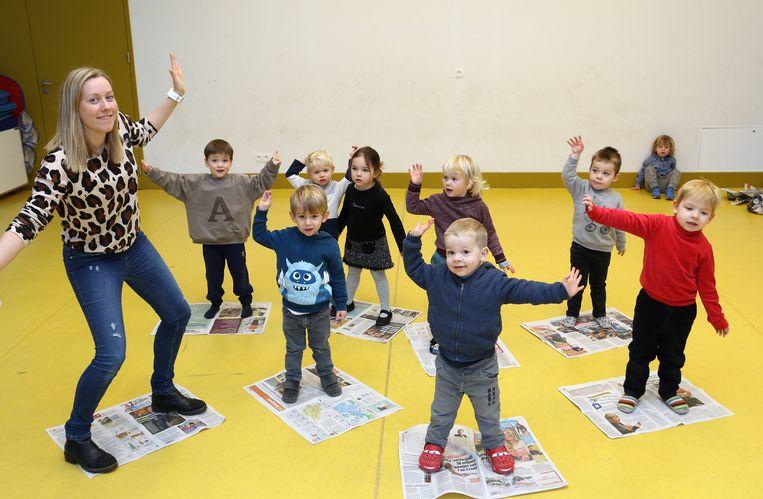 Juf Romy geeft deze maand de workshop 'ritme en dans' aan de kleuters.