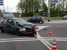 Bestuurder gewond na aanrijding midden op kruising in Lichtenvoorde