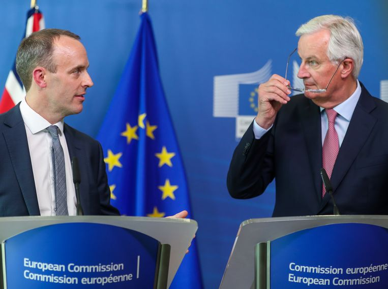 Dominic Raab (L) en Michel Barnier (R).