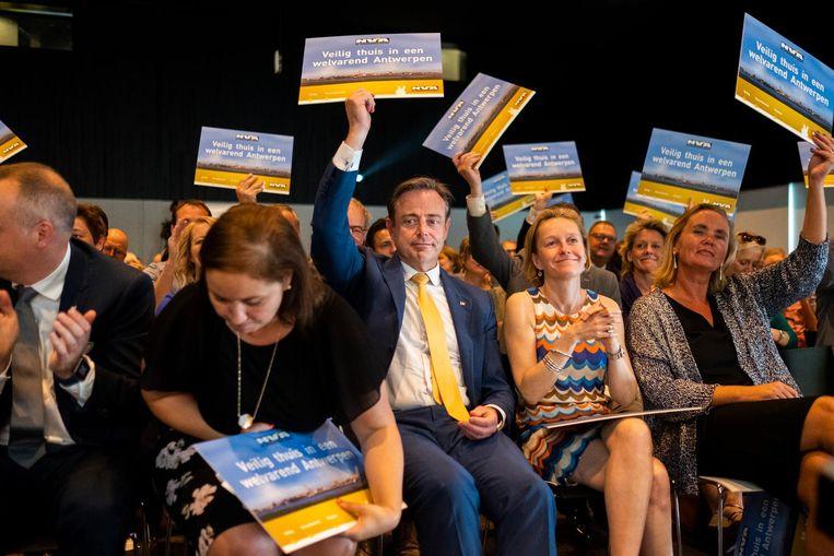 Bart De Wever, geflankeerd door Nabila Ait Daoud en Annick De Ridder, op het ledencongres.