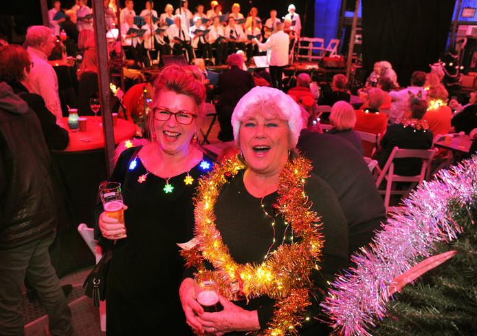 De zusjes Jolanda en Yvonne Pape zingen uit volle borst mee met collega-koor