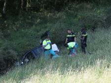 Auto valt van Maassluissedijk, bestuurder zwaar gewond