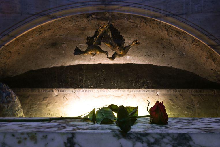 De inscriptie op Rafaels grafmonument in het Pantheon. Beeld Hollandse Hoogte / AFP