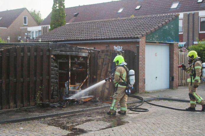 De brandweer kon niet voorkomen dat het schuurtje afbrandde.