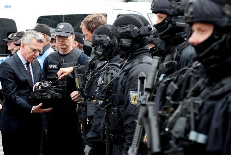 De Duitse minister van Binnenlandse Zaken Thomas de Maizière bezoekt een speciale politie-eenheid die paraat staat voor de G20-top.