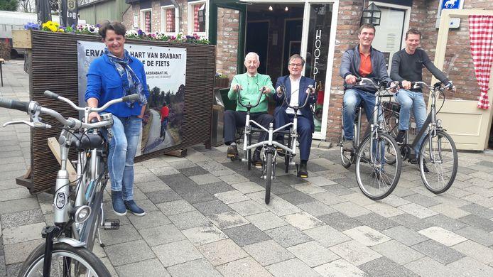 De fietsenverhuurders v.l.n.r. Annita Schepens, Jo Pijnenburg, wethouder Kees Grootswagers, Jan van Loon en Toby van der Heijden.