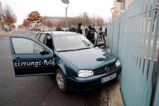 Getuigen zagen de auto tegen het hek rijden.