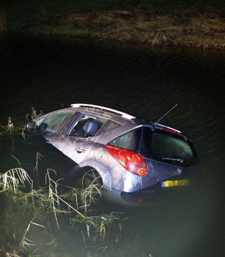 Bestuurder (50) klautert uit auto te water en wandelt in holst van de nacht 5 kilometer naar huis