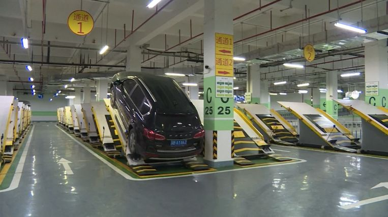 In China ging de eerste parkeergarage open waar auto's diagonaal geparkeerd staan.