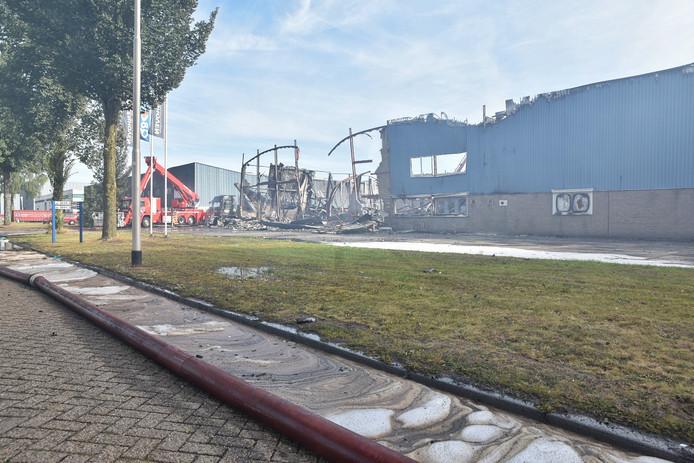Straat vol met olie na brand Kraaiven Tilburg.