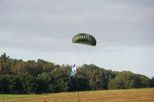 Een parachutist landt donderdagochtend bij Klein Amerika.