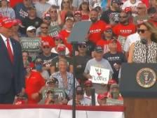 Première apparition de Melania aux côtés de Trump lors d'un rassemblement en Floride