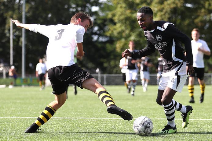 Sergio Kaleka, een van de doelpuntenmakers van SML tegen VVO (6-3), passeert Mats Abrahamse.