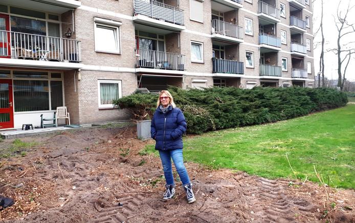Annemarie Zijlstra op de plek waar ze het verwijderen van de struiken tegen hield bij de Mimosaflat in Roosendaal. Bij de buurman links waren de struiken al door de grijper weggehaald. Foto Alfred de Bruin