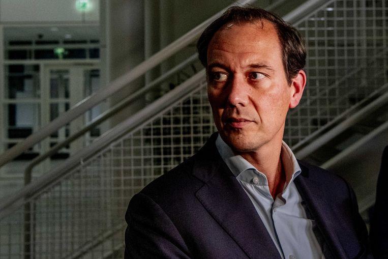 Wethouder Boudewijn Revis geeft een toelichting na een spoedoverleg. Beeld ANP