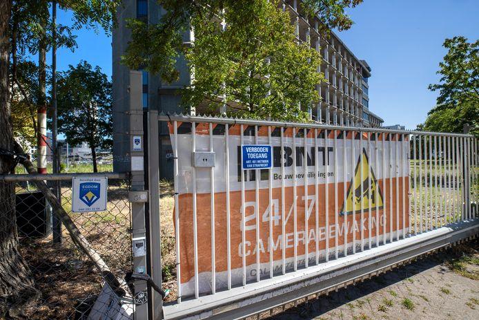 Het karkas aan de Vonderweg in Eindhoven is opnieuw dichtgetimmerd en ook zijn de hekken gerepareerd en nieuwe bordjes 'verboden toegang' opgehangen.