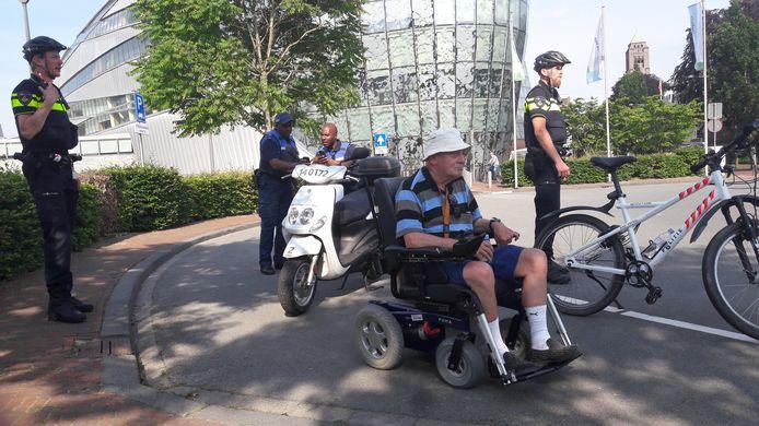 Rien Henstra wachtte vergeefs op de rolstoeltaxi. Ook politie en stadswachten lukte het niet de centrale te bereiken.