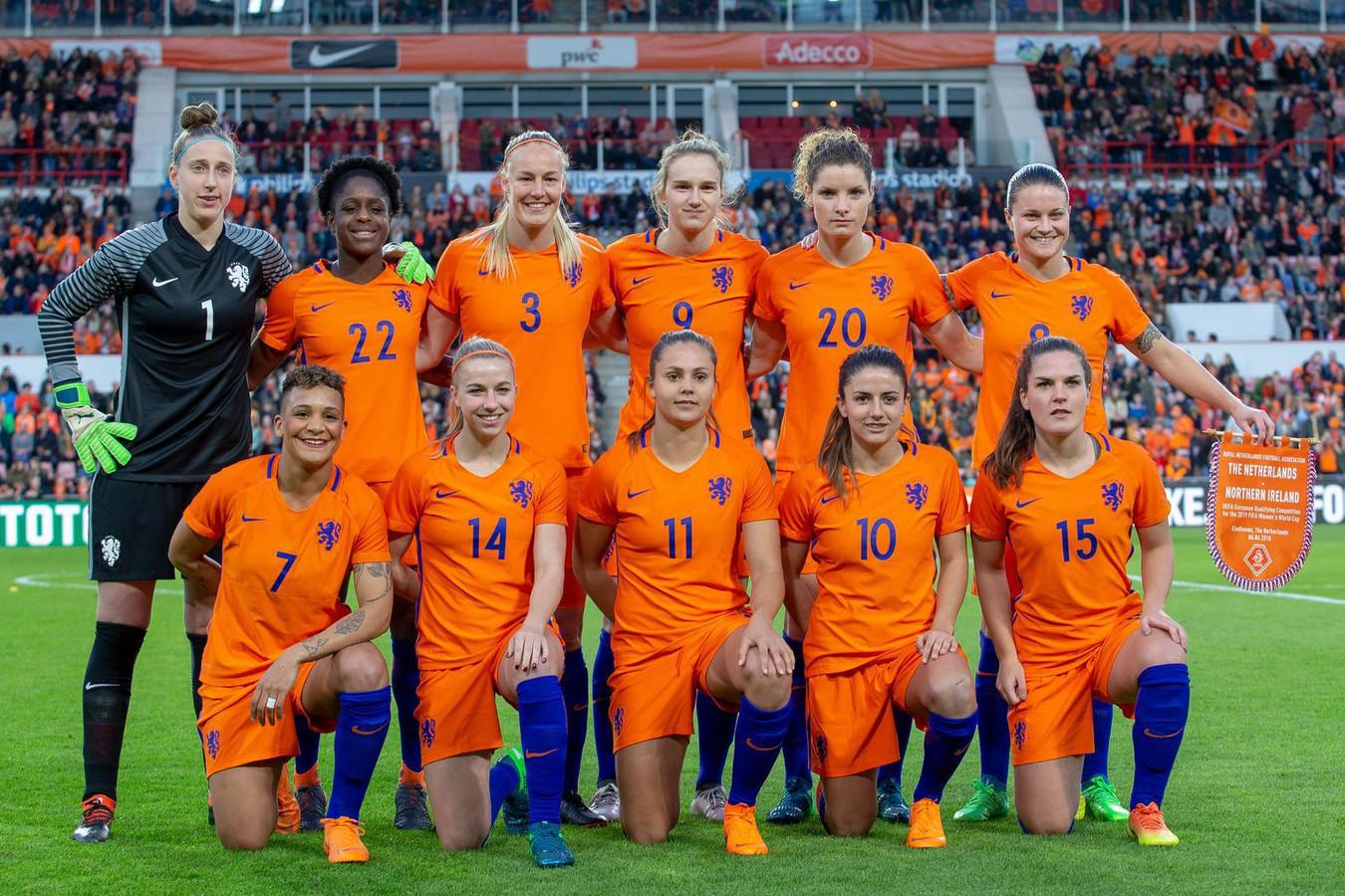 De Oranje Leeuwinnen voor het treffen met Noord-Ierland in het Philips Stadion in Eindhoven.
