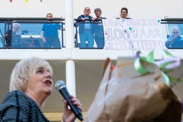 Burgemeester Agnes Schaap feliciteert Adriaan Dekker op afstand.