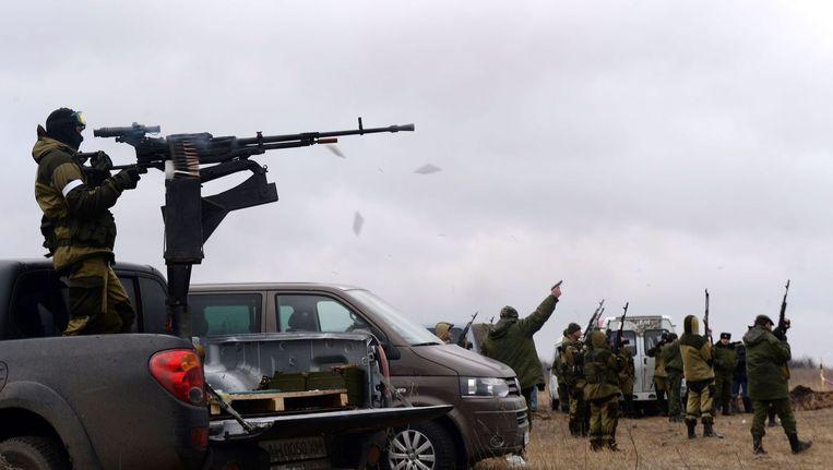 Pro-Russische rebellen vuren schoten af tijdens een begrafenis in Donetsk. Beeld afp