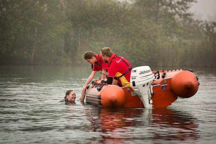 Onder toezicht van de politie en de brandweer oefent de reddingsbrigade op de Galderse Meren met drenkelingen.