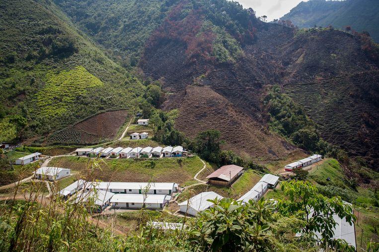 Sinds het vredesakkoord in Colombia inging, wonen veel oudstrijders in kampen verspreid over het land, zoals deze in Ituango, ten noorden van Medellin. Beeld arie kievit