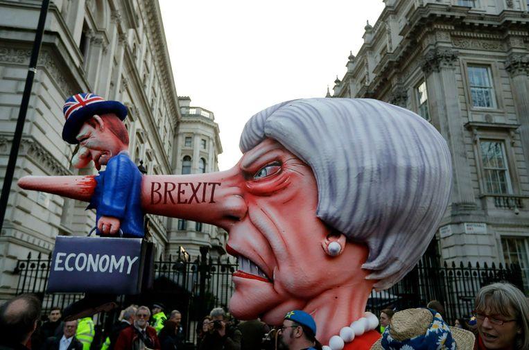 Een karikaturale Theresa May op een anti-brexitbetoging.