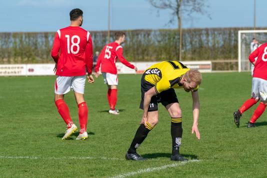 HAVO-speler Thijs Barten grijpt naar zijn kuit.