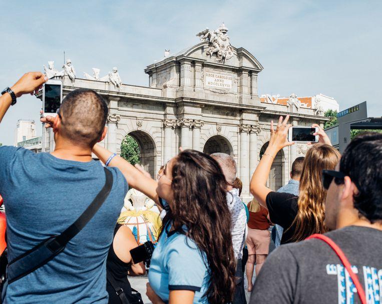 Toeristen voor Puerta de Alcalá. Beeld null